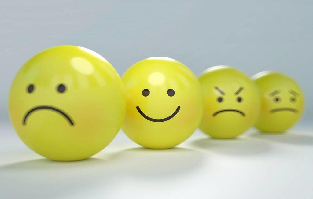 Stress, gestion du stress, smiley triste, content, en colère et peureux